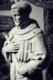 Staty av munken Holding ett kors Royaltyfria Bilder