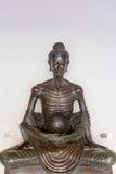 Staty av munken som mediterar som Buddha i den thailändska templet, Thailand Fotografering för Bildbyråer