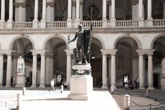 Staty av Napoleon som fördärvar fredsmäklaren av Antonio Canova i den huvudsakliga borggården av Palazzo Brera, hem av Accademiae arkivbild