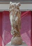 Staty av Nike som beträder på ett jordklot Royaltyfria Bilder