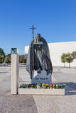 Staty av påven John Paul II med basilikan av mest helig Treenighet Fotografering för Bildbyråer