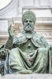 Staty av påven Sixtus V framme av basilikadellaen Santa Casa Royaltyfri Fotografi