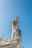 Staty av påven under blå himmel i St Peters royaltyfri fotografi