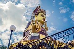 Staty av Padmasambhava Budda i Rewalsar Arkivbild