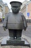 Staty av polisen Bobby på marknadsfyrkant i Oulu, Finland arkivbilder