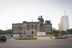 Staty av presidenten Samora av Mocambique med stadshuset Arkivbilder