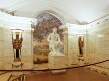 Staty av pushkin i tunnelbanasystem för st petersberg Royaltyfri Bild