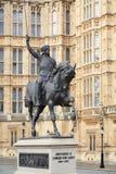 Staty av Richard I Coeur de Lejon, Lionheart i London nära västra Arkivfoto