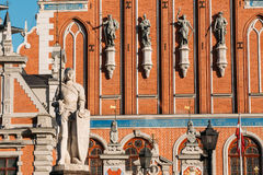 Staty av Roland At The Town Hall i Riga, Lettland berömd landmark royaltyfria foton
