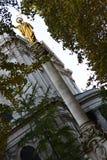 Staty av Saint Paul i en domkyrka i London arkivfoto