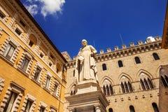 Staty av Sallustio Bandini i piazza Salimbeni, Siena Royaltyfria Foton