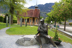 Staty av Sherlock Holmes framme av Sherlock Holmes Museum i Meiringen, Schweiz Fotografering för Bildbyråer
