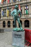 Staty av skeppsdockajobbaren med inskriftLabour frihet i ANTWERP, BELGIEN Fotografering för Bildbyråer