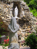 Staty av St Bernadette och vår dam Royaltyfria Foton