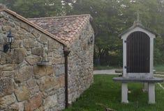 Staty av St James och en horreo, Galicia, Spanien Fotografering för Bildbyråer