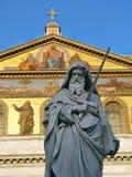 Staty av St Paul som rymmer ett svärd Arkivbild