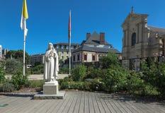 Staty av St Therese av barnet Jesus på fyrkanten framme Royaltyfria Foton