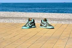 Staty av stora skor i Batumi georgia Arkivfoto