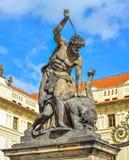 Staty av stridighetjätten ovanför slottportingången Huvudsaklig ingång till den Prague slotten, Prague, Tjeckien Royaltyfri Foto
