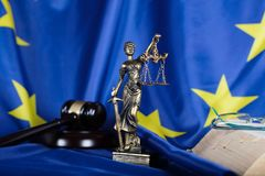 Staty av Themis på en flagga av europeisk union Arkivfoton