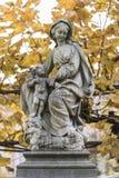 Staty av vår dam- och Kristuskyrka av vår dam i Bruges Arkivbild