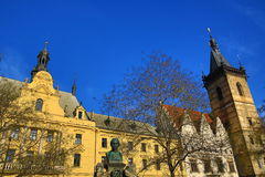Staty av Vítězslaven Hálek, det nya stadshuset (tjeck: Novoměstská radnice), ny stad, Prague, Tjeckien Arkivfoto