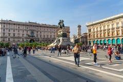 Staty av Victor Emmanuel II p? h?strygg p? fyrkantiga Piazza del Duomo i Milan italy fotografering för bildbyråer
