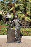 Staty av Walt Disney och den Mickey musen Arkivbild