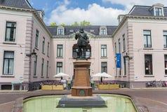 Staty av Willem Lodewijk i mitten av Leeuwarden Arkivbild