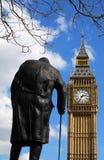 Staty av Winston Churchill och Big Ben i London Arkivfoton