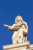 staty Berömd kolonnad av basilikan för St Peter ` s i Vatican City, Rome, Italien Royaltyfri Fotografi