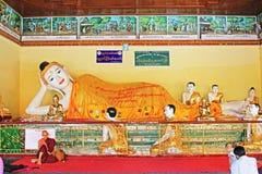 Staty för Buddha för Shwedagon pagod` s, Yangon, Myanmar Fotografering för Bildbyråer