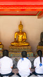 Staty för Buddha för thailändsk flickarespekt gammal Royaltyfri Bild