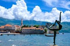 Staty för dansflicka Budva Montenegro Arkivbilder