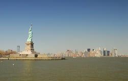 staty för frihetmanhattan horisont Royaltyfri Fotografi