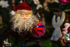 Staty för garnering för jultomtenjuldockor som tänder closeup isolerad bakgrund royaltyfri bild
