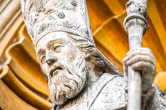 Staty för katolsk präst av den trevliga domkyrkan. Royaltyfri Fotografi