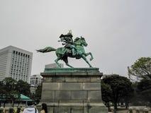 Staty för Kusunoki Masashige statybrons av den japanska hjälten Korrosion av brons i gräsplan arkivbilder