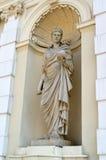 Staty för musa för uran` s i en nisch av huvudbyggnaden av Warszawauniversitetet Arkivbilder