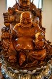 Staty för Phra sangkatchaimunk som göras från trä i Hyuaplakang templ arkivbild