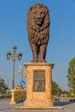 Staty för Skopje brolejon Arkivbild