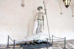 Staty för St Theodore And His Dragon, slott för doge` s, Venedig, Italien Fotografering för Bildbyråer