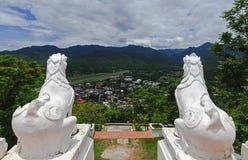 Staty för två vit lejon på Wat Phra That Doi Kong Mu, Mae Hong Son, nordliga Thailand Royaltyfri Fotografi