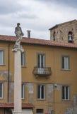 Staty för ung kvinna i Pisa Arkivfoton