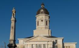 Staty framme av domstolsbyggnaden i port Gibson Mississippi Royaltyfri Bild
