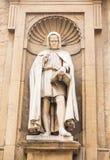 Staty i alkov av kyrkan arkivbild