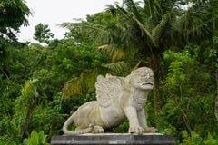 Staty i Bali Indonesien med djungeln och palmträd i baksidan Royaltyfri Foto