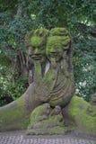 Staty i Bali Indonesien med djungeln och palmträd i baksidan Arkivfoto