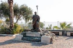 Staty i borggården av den Franciscan kloster i Capernaum arkivfoto