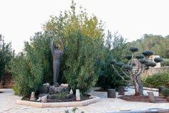 Staty i borggården av den Franciscan kloster i Capernaum royaltyfria bilder